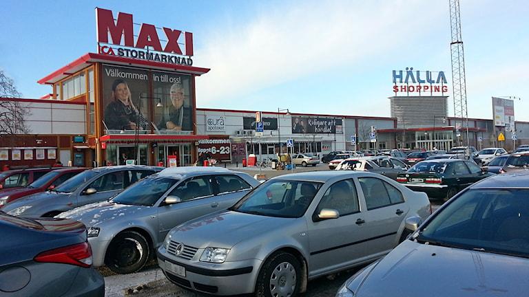 Parkeringen framför ICA Maxi på Hälla i Västerås / Foto: Michael Gawell SR