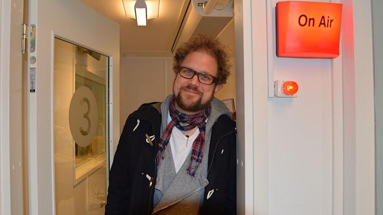 Dan Linder står i dörren till radiostudio. Foto: Monica Elfström/Sveriges Radio.,