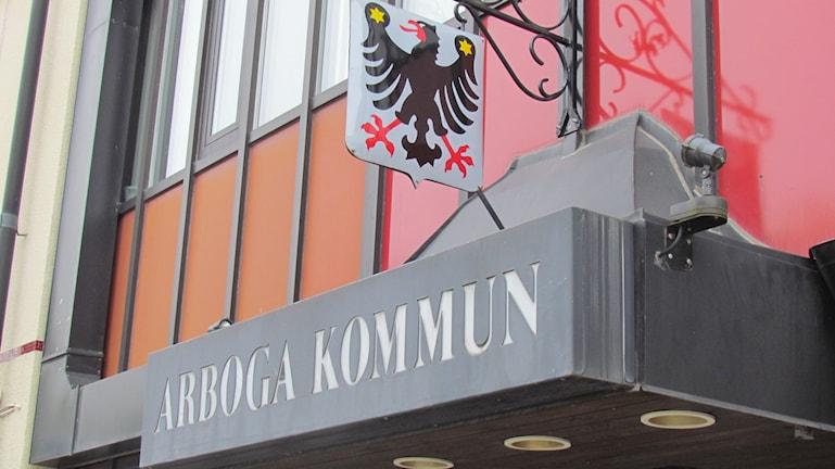 Ingången till Arboga kommunhus. Foto: Patrik Åström/Sveriges Radio.