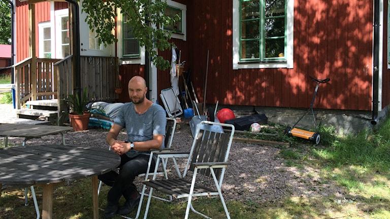 Sven-Olov Karlsson vid sitt barndomshem i Nyhyttan. Foto: Martin Vare/Sveriges Radio
