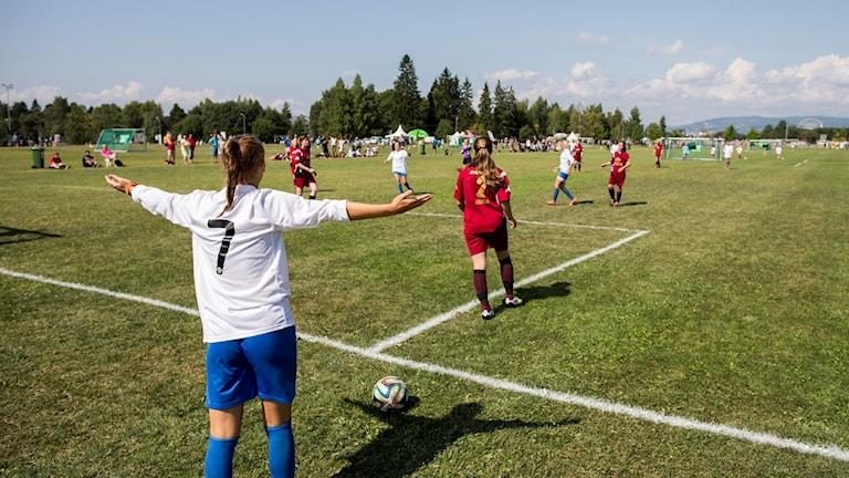 Flickor spelar fotboll.