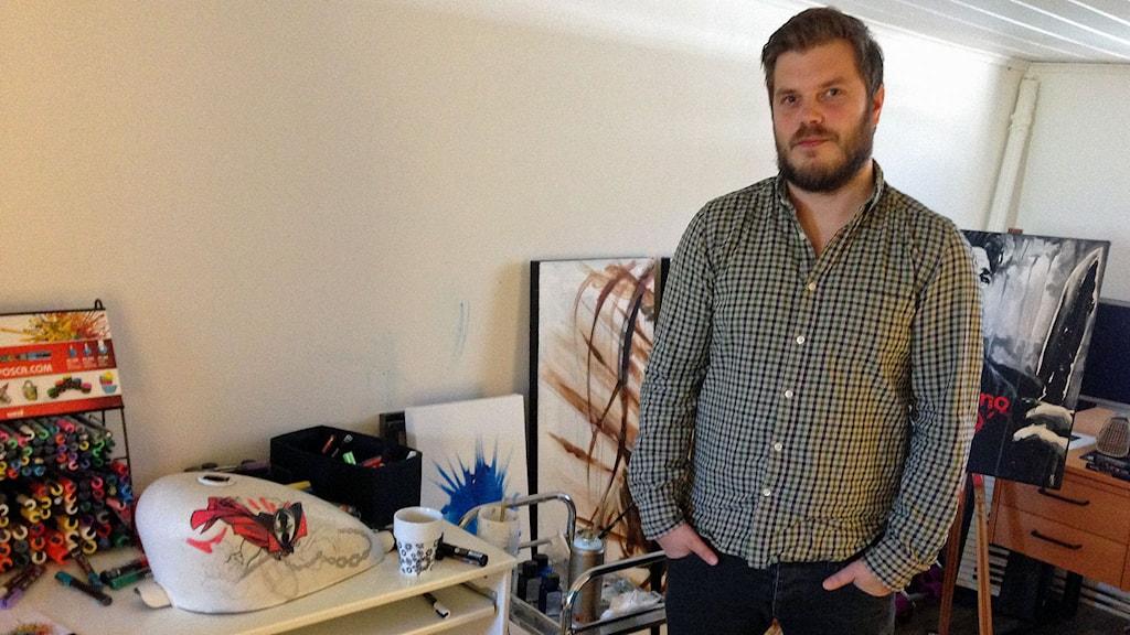 Konstnären Mikael Kallioniemi har skänkt en tavla till en auktion där pengarna går till Världens barn. Foto: Sveriges Radio