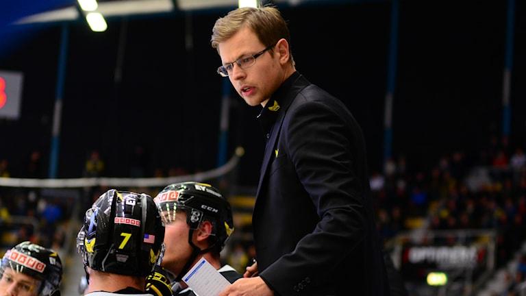 Martin Filander manar på spelarna i VIK. Foto: Mattias Forsberg/Sveriges Radio