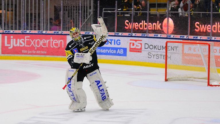 Jonas Fransson i VIK tackar fansen för stödet i matchen mot Södertälje. Foto: Mattias Forsberg/Sveriges Radio