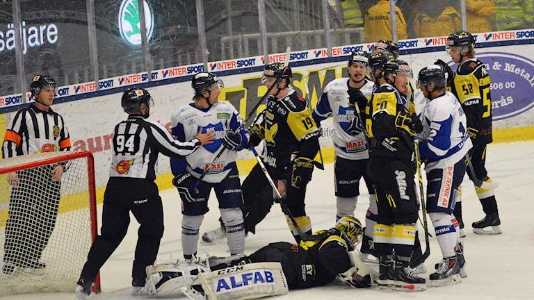 Det var heta känslor när VIK förlorade hemma mot Karlskoga. Foto: Monica Elfström/Sveriges Radio.