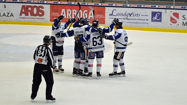 Karlskoga jublar. Foto: Monica Elfström/Sveriges Radio.