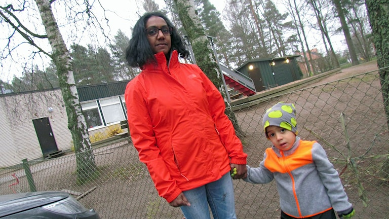 Johanna Vallhus med sin son vid Stigbergsgårdens förskola. Foto: Emmanuel Cimmana/SR.