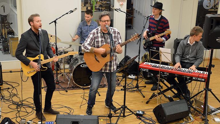 Fr v Robin Ahnlund gitarr, Joel Danielsson trummor, Sture Ahnlund sång och gitarr, Joel Sörsäter bas, Anton Dromberg keyboard. Foto: Monica Elfström/Sveriges Radio.