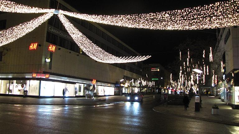 Julbelysningen sedd i korsningen Stora Gatan/Vasagatan i Västerås.