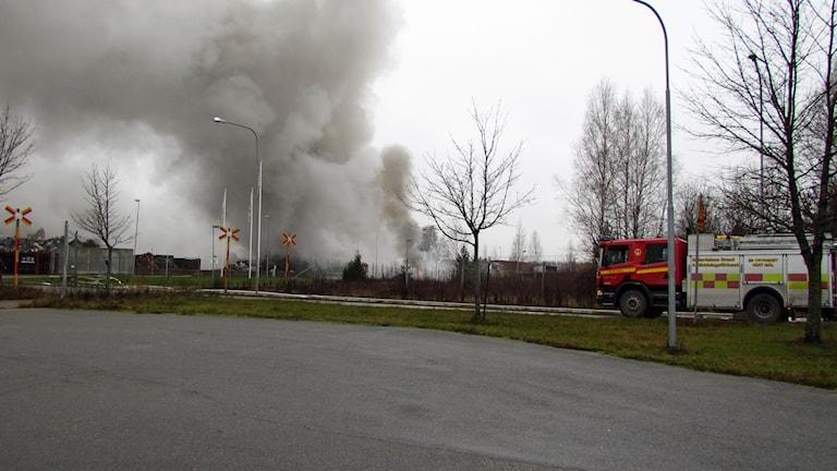 Branden spred giftig rök. Foto: Samuel Sillén/Sveriges Radio.