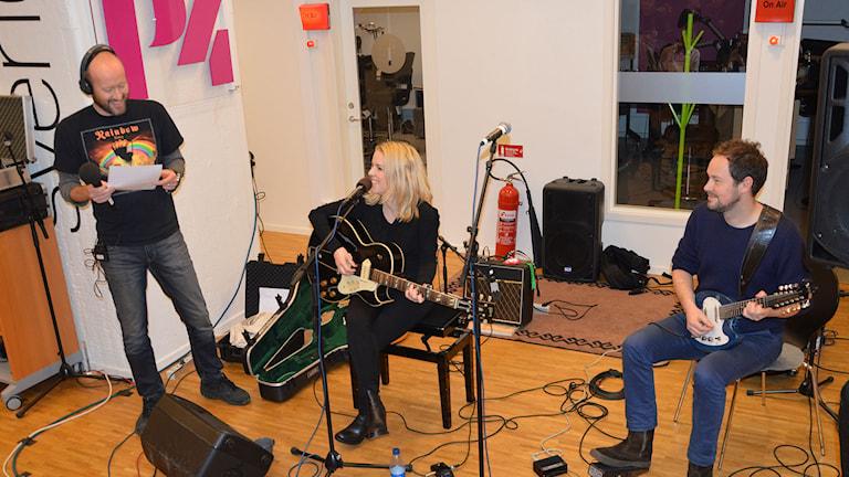 Terje Lund intervjuar Sofia Karlsson och Gustav Ljunggren. Foto: Monica Elfström/Sveriges Radio.