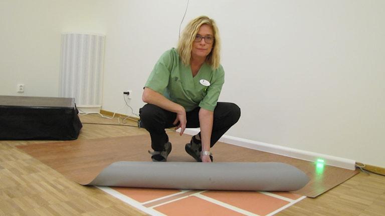 Maria Sandhagen, enhetschef på Hälleborg, visar det nya sensorgolvet.