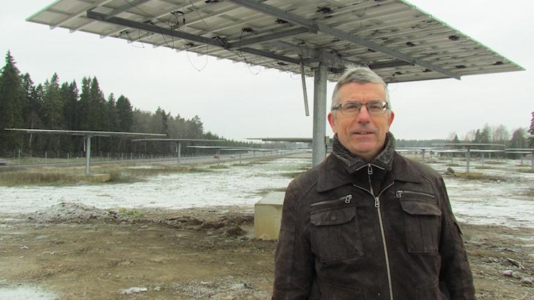 Bengt Stridh, gästforskare vid Mälardalens högskola, vid solcellsparken vid E18 utanför Västerås. Foto: Patrik Åström/Sveriges Radio.
