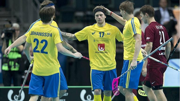 Rasmus Enström grattas efter ett mål i lördagens gruppspelsmatch i Innebandy-VM mellan Sverige och Lettland i Scandinavium. FOTO Björn Larsson Rosvall
