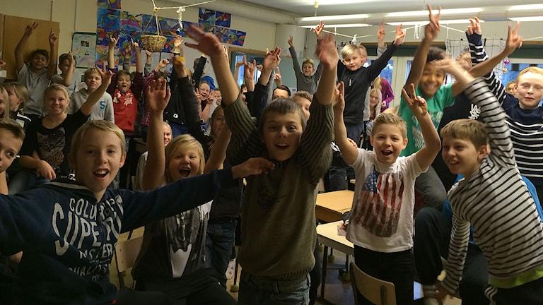 Irstaskolans klass 5B och klass 5C jublar. Foto: Jonna Noblin/Sveriges Radio.