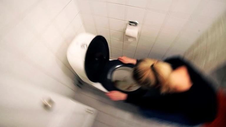 Kvinna kräks i en toalett. Foto: Fredrik Sandberg TT.