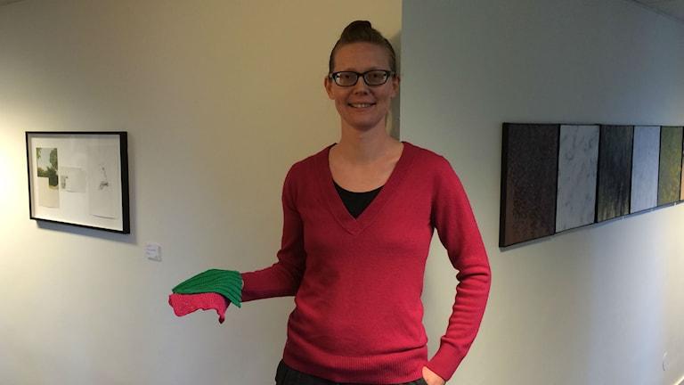 Ylva Granath gör disktrasor som hon säljer till förmån för Musikhjälpen. Foto. Martin Vare/Sveriges Radio