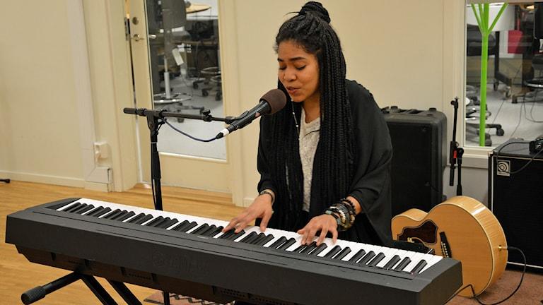 Yara Maló vid pianot. Foto: Monica Elfström/Sveriges Radio.