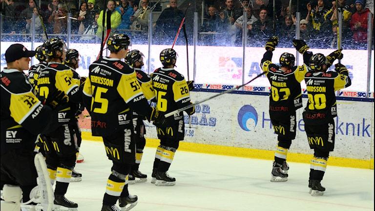 VIK Hockey tackar fansen. Foto: Mattias Forsberg/SR.