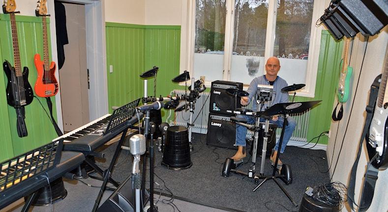 Lasse Tingström bakom trummorna i rockrummet. Foto: Monica Elfström/Sveriges Radio.