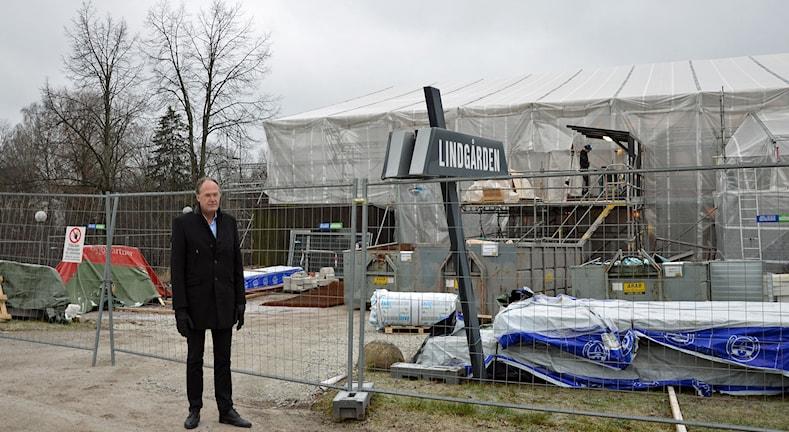 Kyrkoherde Henrik Rydberg vid Lindgården, en byggnad övertäckt av plast. Foto: Monica Elfström/Sveriges Radio.