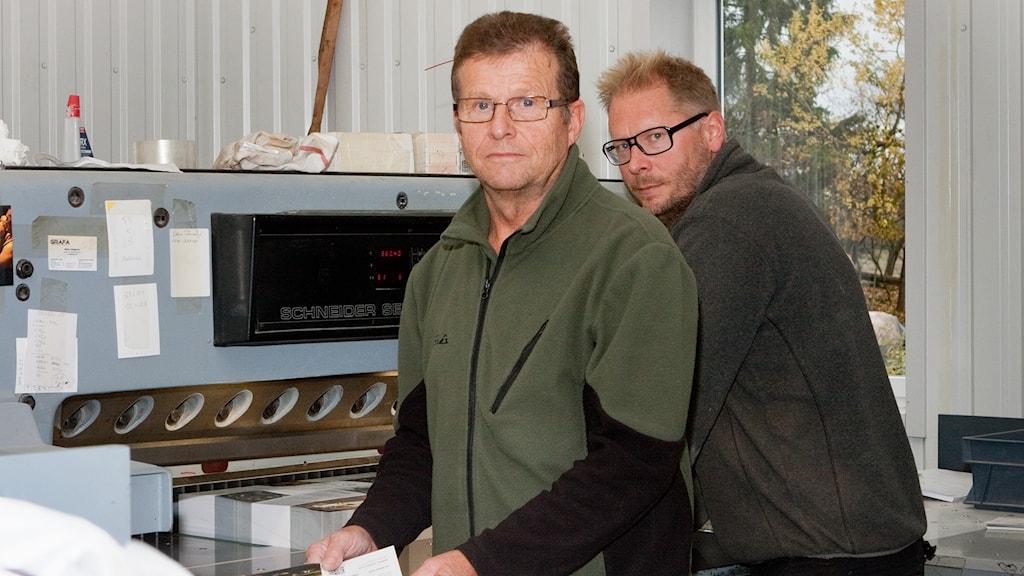 Ivan Eklund och Klas Gustafsson vid den stora skärmaskinen. Foto: Pia Lindhe Rudolf/Pila Media.