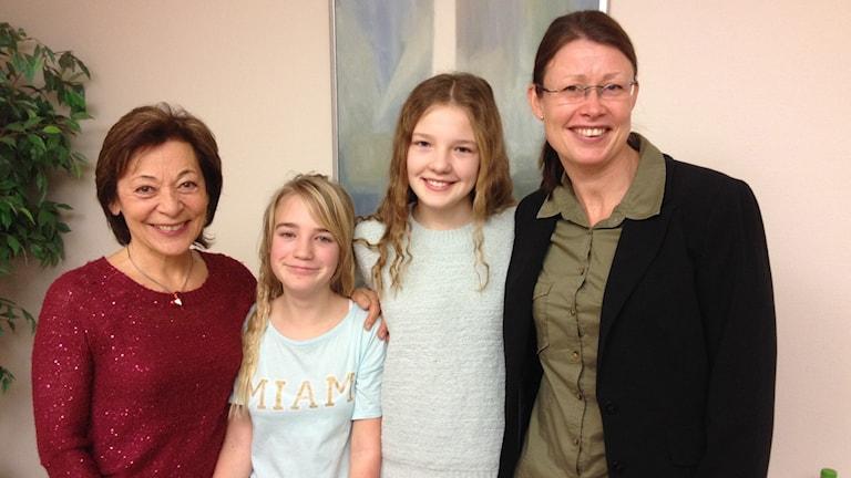 Helga Larsson, lärare, eleverna Ida Larsson och Armina Dedic, Anna ulfves, rektor. Foto: Jenny Berggren/Sveriges Radio.