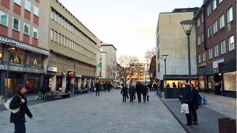 Ingen julbelysning på Hantverkargatan i Västerås. Foto: Jenny Rask/Sveriges Radio.