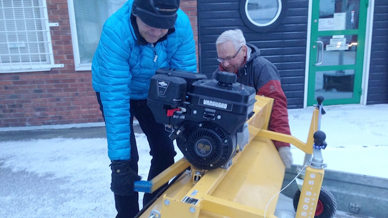 Västerås Ideella Plogare förbereder för att ploga isen på Mälaren. Foto: Kennet Lindquist/Sveriges Radio.