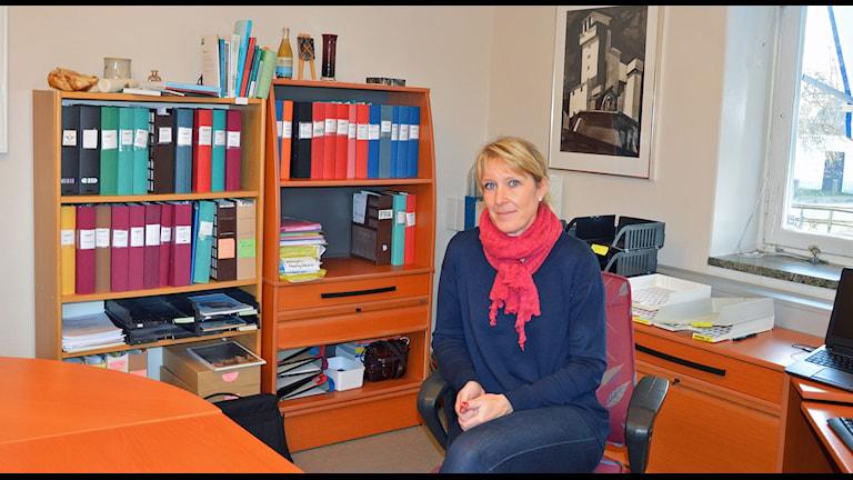 Carina Sándor sitter i en stol i kommunalrådsrummet. Foto: Monica Elfström/Sveriges Radio.