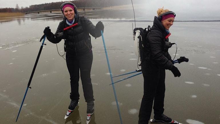 P4 Förmiddags Jonna Noblin testar långfärdsskridskor för första gången. Foto: Sveriges Radio