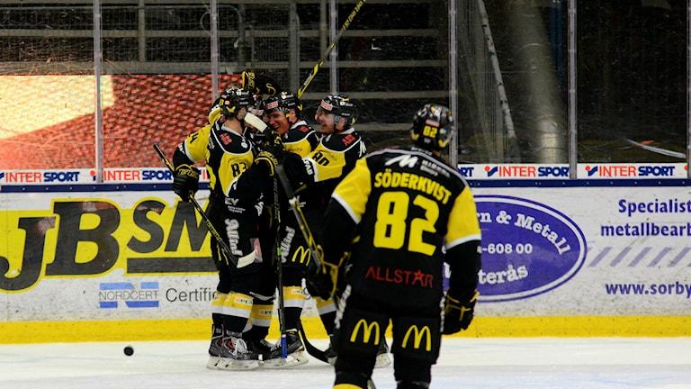VIK Hockey jublar efter ett mål. Foto: Mattias Forsberg/SR.