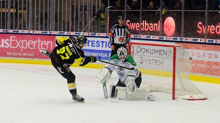VIK Hockeys Dustin Johner sätter en straff. Foto: Mattias Forsberg/SR.