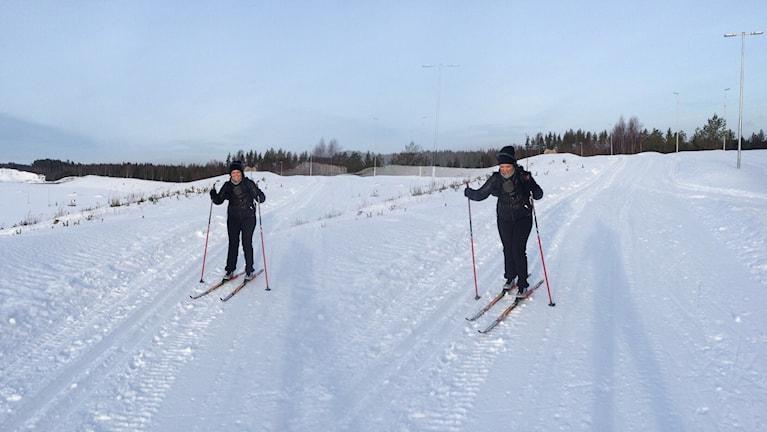 Här testar Jonna Noblin på längdskidor för första gången i sitt liv. Foto: Sveriges Radio
