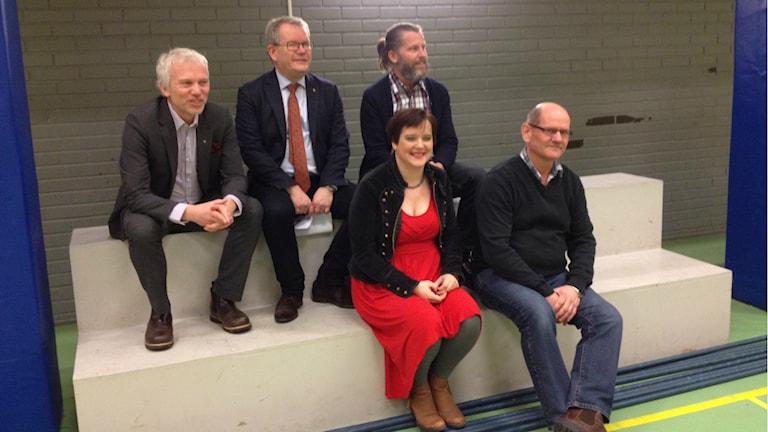 Politikerna fyller Tillberga sporthalls läktare