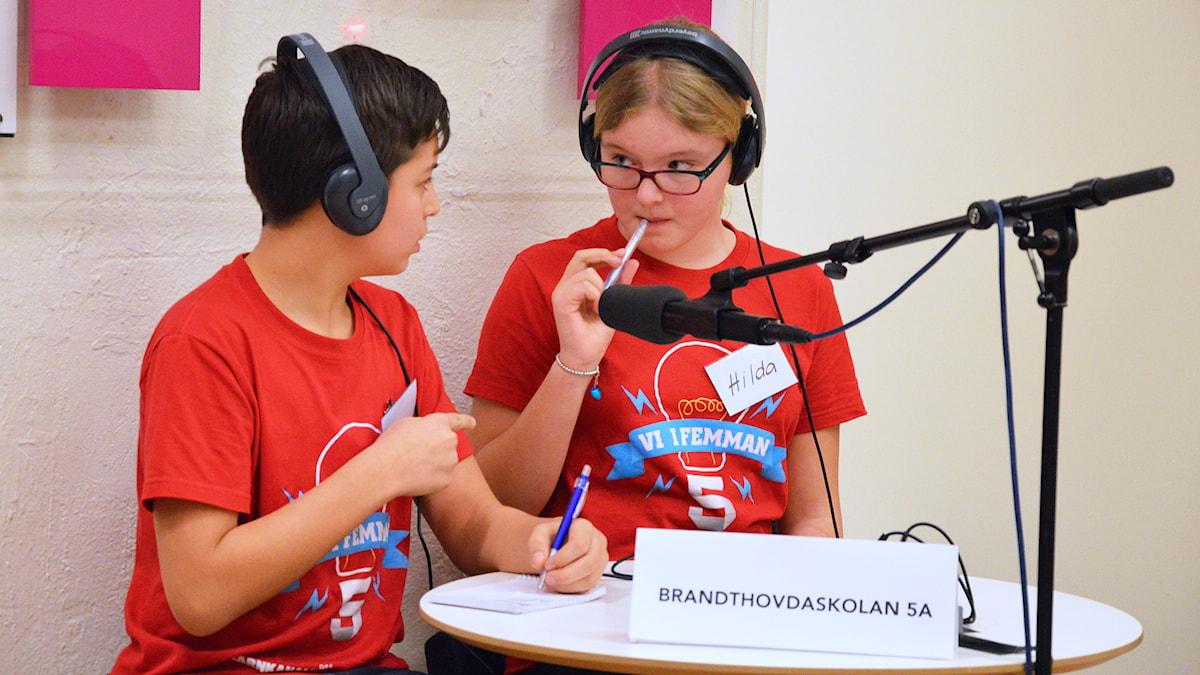 Arian och Hilda från Brandthovdaskolan resonerar om matteuppgiften. Foto: Eva Kleppe/Sveriges Radio.