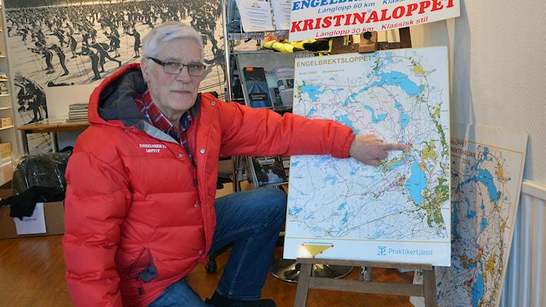 Sven Bergman visar vägen genom Engelbrektsloppet. Foto: Jenny Rask/SR