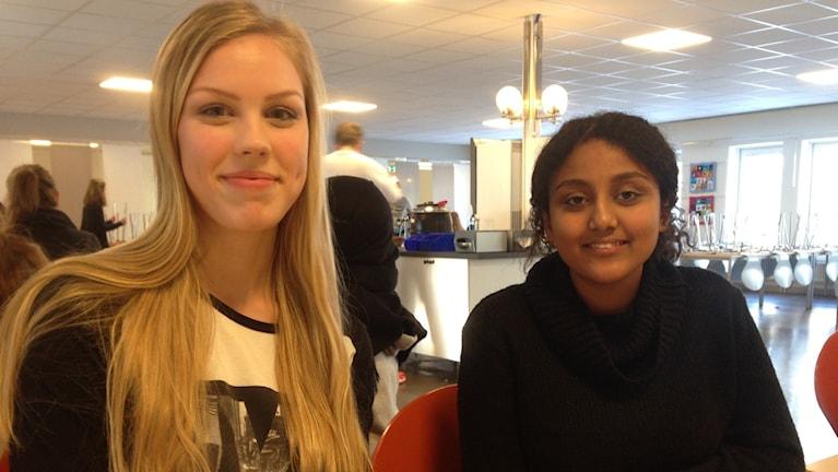 Lina Norling och Aven Habtezion i klass 9a på Internationella Engelska skolan i Västerås. Foto: Sveriges Radio