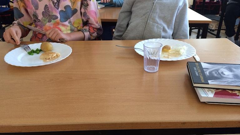 Äter mat i klassrum.