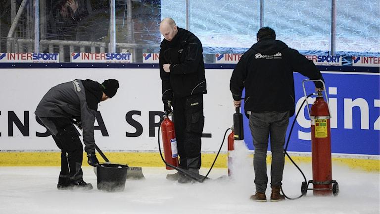 Problem med isen under fredagens landskamp mellan Sverige och Finland på Rocklunda i Västerås. Foto Jessica Gow/TT.