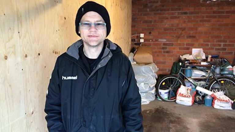 Leif Stegnell är inte sugen på att betala över 500 kronor per månad för sitt blöta garage. Foto: Filip Annas/Sveriges Radio.
