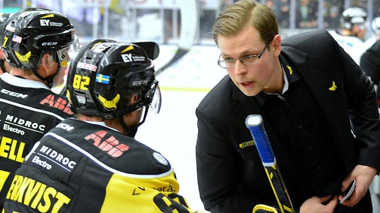 VIK Hockeys tränare Martin Filander ger instruktioner till Marcus Söderkvist. Foto: Rune Åhlén.