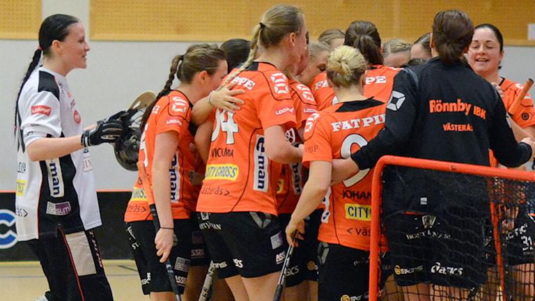 Rönnbyglädje efter ett mål. Foto: Hannu Högberg.