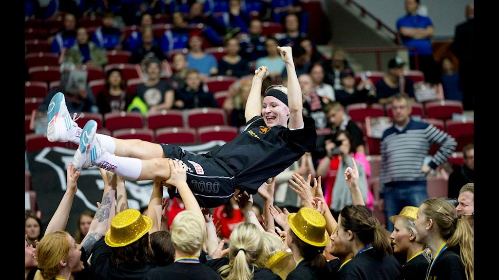 Karolina Widar hissas efter Rönnbys SM-guld för två år sedan i hennes sista match i karriären. Foto: Andreas Hillergren / SCANPIX
