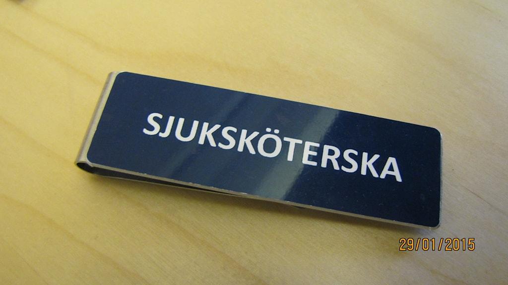 Sjuksköterska namnskylt. Foto: Inga Korsbäck/Sveriges Radio.