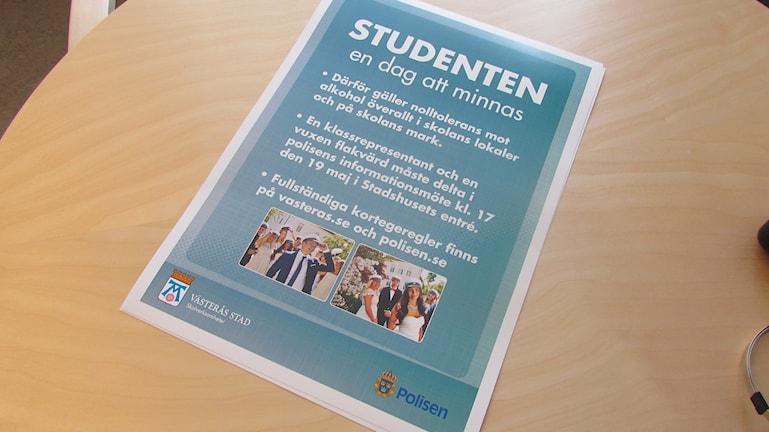 Skolan och polisen försöker informera studenterna om vad som gäller. Foto: Erika Mårtensson/SR