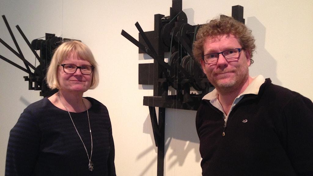 Anne Ultvedt och Fredrik Ultvedt, barn till PO Ultvedt, framför delar av utställning med PO Ultvedts verk på Västerås konstmuseum. Foto: Sveriges Radio