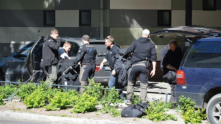 Polisen tömmer en av bilarna som användes vid rånförsöket. Foto: Eva Kleppe/Sveriges Radio.