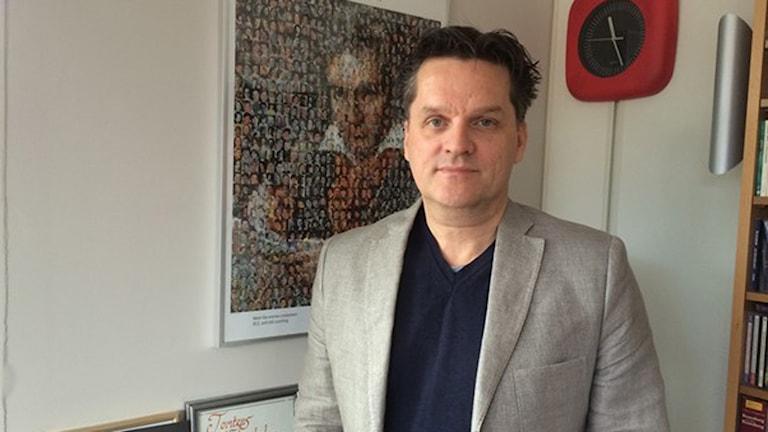 Rikard Gateau, orkesterchef för Västerås Sinfonietta. Foto: Sofie Tejre/Sveriges Radio.