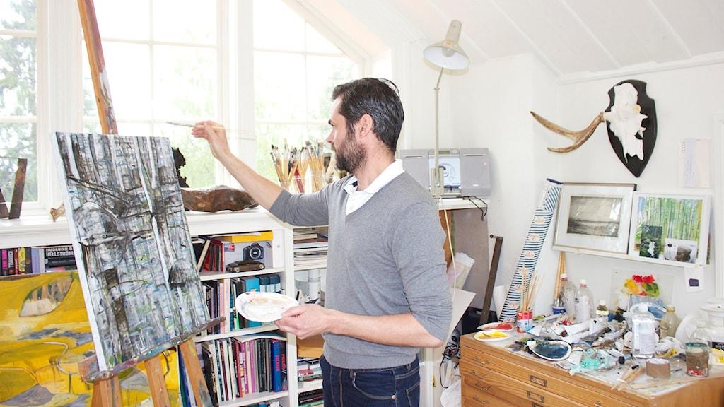 Konstnärssjälen Jonas Eriksson hämtar inspiration till sitt måleri från naturen. Foto: Kerstin Svenson.